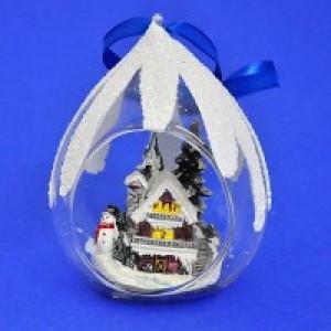 Стеклянный шар в виде капли с домиком и снеговиком в лесу