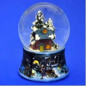 Стеклянный шар с домиком в лесу, на фарфоровой подставке
