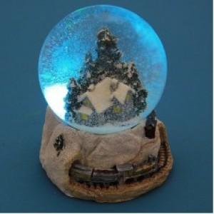 Стеклянный шар с домиком в лесу на подставке из полистоуна