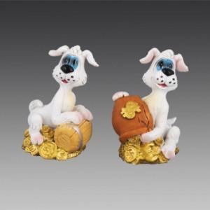 Собачка белая с бочкой монет